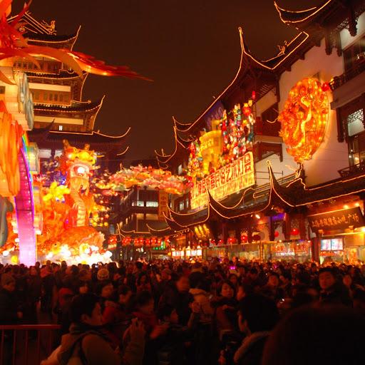 Shanghai Fête des Lanternes 2012 - Foule massée sur fond technicolore