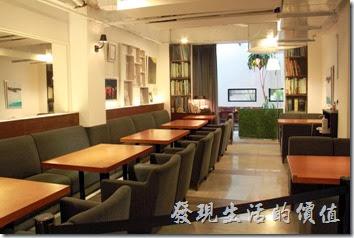 台南-咖啡茶朵Chador。台南咖啡茶朵的室內裝潢一隅。裝潢其實有點書房及日式禪意的風格。