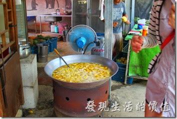 南投-天空之橋。別搞錯了,這個不是地瓜球,而是攤商在煮鳳梨。