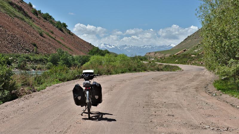 In departare, ultimul sir de munti ce trebuie trecut pana in Bishkek.