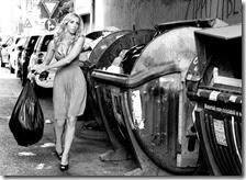 Una donna butta la spazzatura