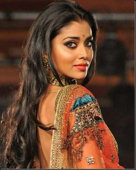 Shriya-Saran-Spotted-at-CCL-Curtain-Raiser-1