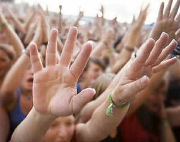 3- De mãos abanando