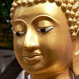 Les yeux dirigés vers le bas du Bouddha symbolisent un regard à la fois intérieur et bienveillant envers le fidèle