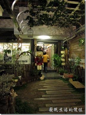 D.D.HOUSE餐廳的前面入口處有個義大利士兵站崗。其實它的前面還有個小花園,在這個寸土吋今的地方,還願意保留這樣的空間,不知道是不是自己的房子。