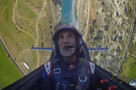 57χρονος πιλότος σε εντυπωσιακά ακροβατικά πάνω από τον ισθμό της Κορίνθου [video]