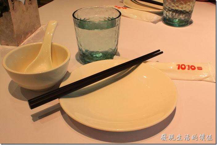老實說【1010湘】的餐盤不算精緻,應該說還有點老舊。白開水喝起來還有消毒水的味道。