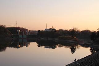 日野川脇ダムの天端よりダム湖側の堤体を望む