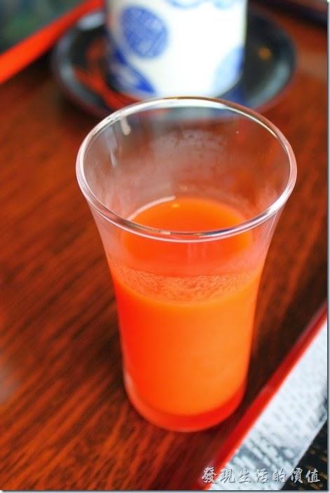 日本北九州-湯布院-彩岳館-早餐。等我們坐好了位置後,最先上來的式一杯餐前飲料蔬菜果汁,裏頭有番茄、蘋果、紅蘿蔔、蜂蜜等,很好喝。