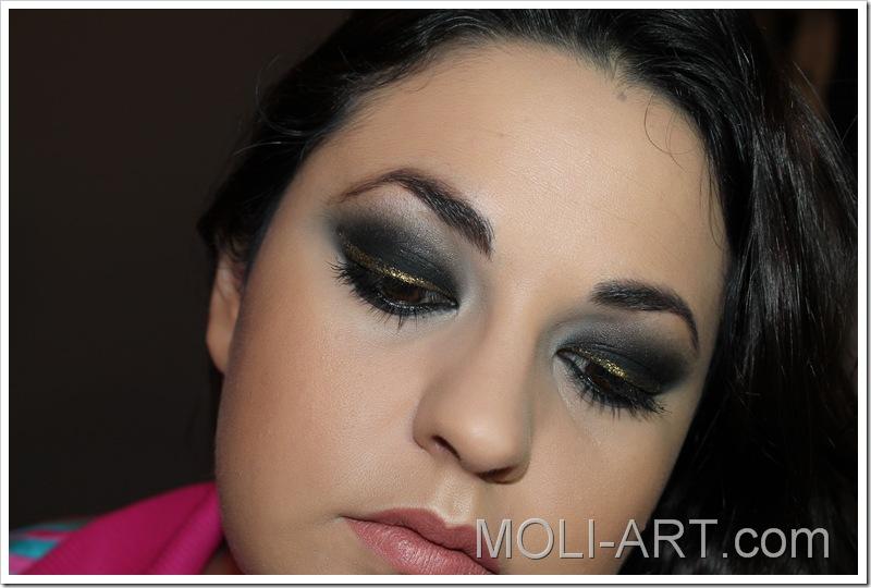 look-de-maquillaje-negro-y-dorado