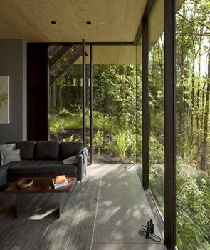 Casa-de-madera-con-muros-de-cristal
