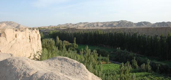 Turfan - Ruines de Jiaohe vue sur vallée et montagne