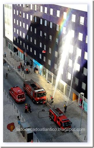 Imagem de carros de bombeiros participando de uma cena gravada no Parque das Nações, Lisboa
