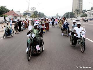 Quelques personnes vivant avec handicap marchent ce 22/06/2011 à Kinshasa, lors de la campagne de sensibilisation contre la polio. Radio Okapi/ Ph. John Bompengo