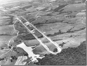 Imagem aérea da segunda pista de teste do CPCA, a Reta em Nível, construída em 1975