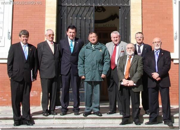 Componentes de la Cofradía, capitán Recio y general Masegosa en la puerta principal del edificio