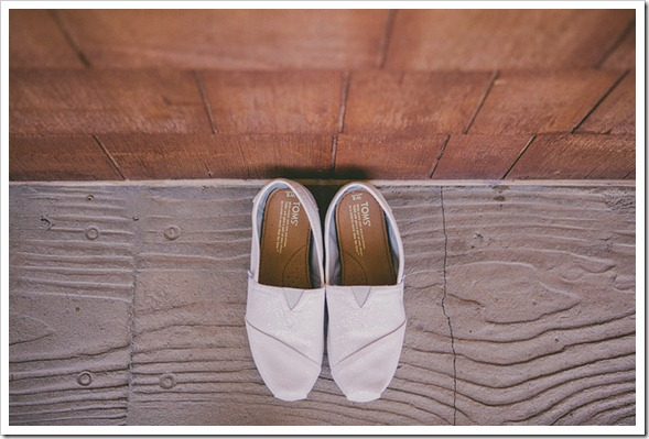 strawberry-farms-wedding-photos-blogger-boquet-white-bride-groom-toms-shoes