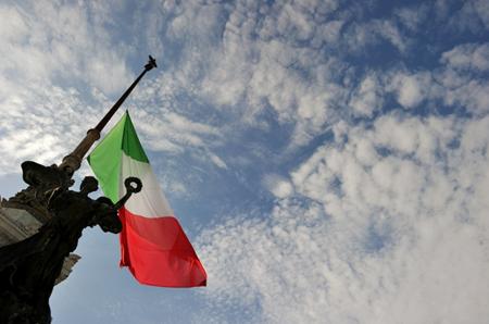 Una bandiera a mezz'asta sulla tomba del milite ignoto a Roma, come segno di lutto per i morti di Lampedusa.