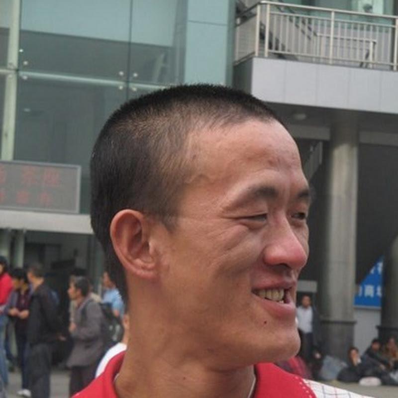 Foto orang Lagi Gigit Hidung Sendiri