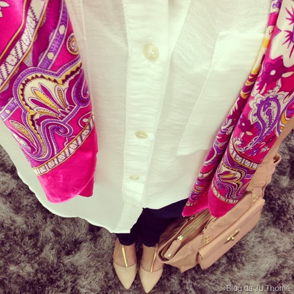 look básico camisa branca, lenço estampado e jeans (1)