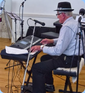 Benny Gunn playing his Yamaha PSR-S950