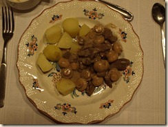 Varkensniertjes en champignons in Madeirasaus met gekookte aardappelen