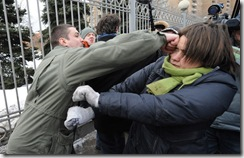 Избиение участницы пикета в поддержку Pussy Riot