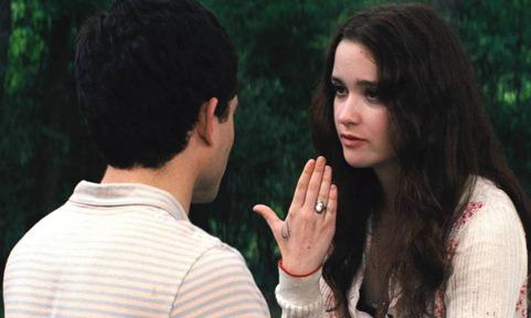 Lena enseñando los días anotados en su mano a Ethan