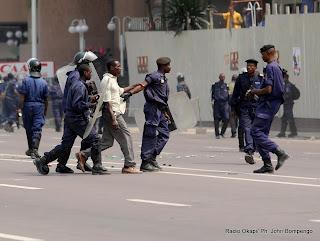 – La police interpelle les manifestants ce 4/07/2011 à Kinshasa, lors de la protestation des partisans de l'UDPS contre la Ceni. Radio Okapi/ Ph. John Bompengo