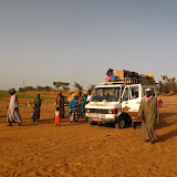 Arrivée à Djenné en taxi-brousse, tout le monde descend pour prendre un bac afin de traverser une petite rivière