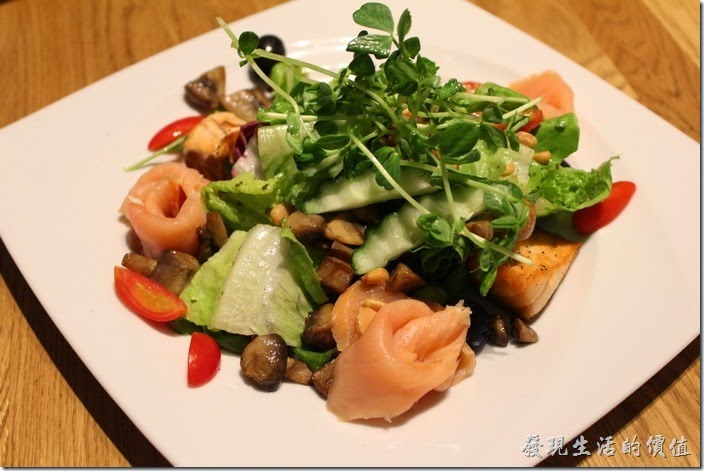 台北-溫德德式烘培餐館(內湖店)。溫德美味沙拉,NT390。我喜歡它的鮭魚。