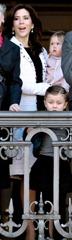 Dronning Margrethe fylder 72 og trder Frem p Balkonen p Amalienborg med Familien.  Frst med Prins Henrik.  S kom kronprins Frederik, kronprinsesse Mary, Prins Christian, Prinsesse Isabella, Prins Vincent og prinsesse Josephine.