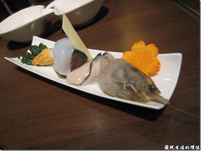 台北新光三越-紅豆食府●壽喜燒。鍋物的「綜合海鮮 」,擺設的很好看呢!煮鮮蚵的時候建議要煮熟一點,否則像我大概主了20秒就撈起來,外面熱的但裡面還是冰的,就當作是在吃生蠔囉!