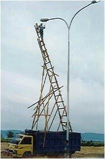 Invenção Perigosa - Trabalhando com escada - Profissão perigo - muito arriscado 010