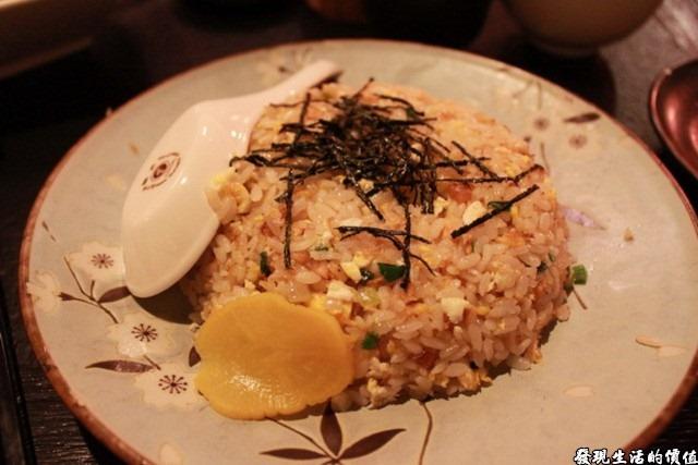 台南-花川日本料理。鮭魚炒飯 NTD100,味道有點清淡,但兒子們還是一連吃了兩盤。