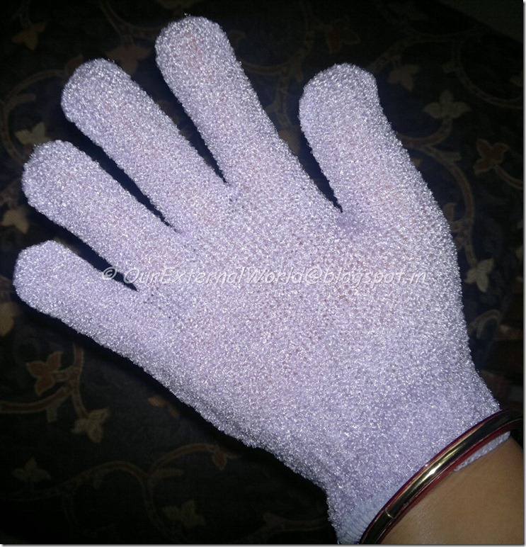 The-Body-Shop-Bath-Gloves-on-the-hand