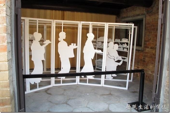 這裡是當年台南鶯料理的廚房,這些人形立牌正魚貫地準備送飯菜餐點給客人。