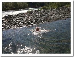 Det var rätt så kallt men Nell tog sig en rejäl tur i vattnet