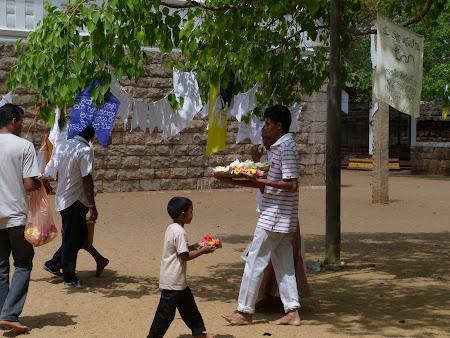 Imagini Sri Lanka: doua generatii purtand ofrande