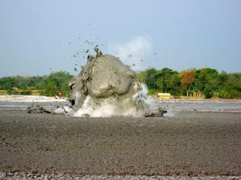 البراكين الطينية ظاهرة غريبة تجذب الاف السياح اليها bleduk-kuwu-0%5B2%