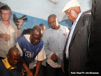 Casquette blanc à la tête, entourée de ces partisans, Etienne Tshisekedi rempli des formalités avant de voter  le 28/11/2011 à l'institut Lumumba à Kinshasa, pour les élections de 2011 en RDC. Radio Okapi/ Ph. John Bompengo