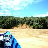 写真2 斜面崩壊の様子: 山の尾根がそのまま川に突き出している / Photo2 State of slope failure: the bare hillside exposed to the river