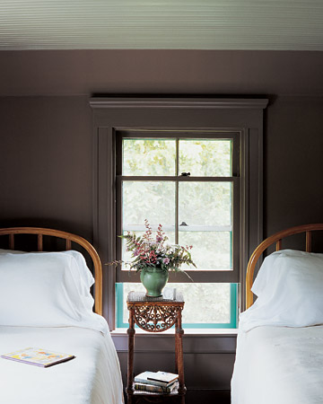 Another room in Martha's Lily Pond Lane home that shows how a dark shade can look fantastic in a summery setting. (marthastewart.com)