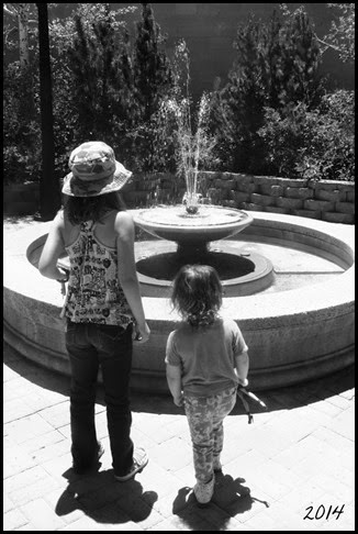 girls fountain bw