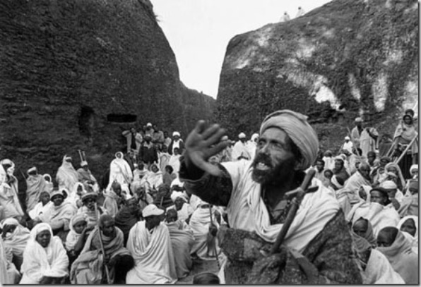 Thousand of peasants peregrinate to Lalibela at Christmas to pray and listen the preaches of hermit monks in Amharic language. Most population of remote highlands are illiterate, unable to read or understand the religious worships celebrated in Gue éz, a death language known only for clergy.