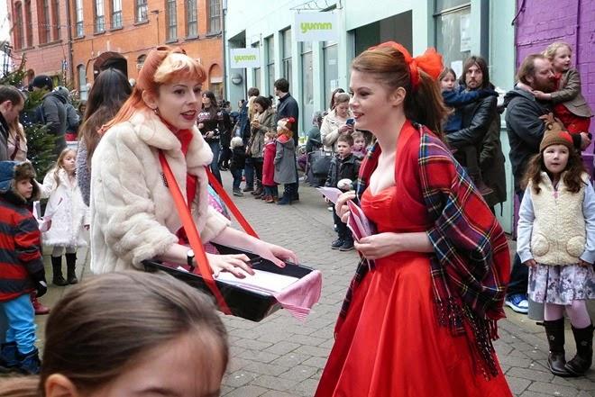 Ярко и стильно одетые девушки на улице в Бирмингеме, в раоне Custard Factory