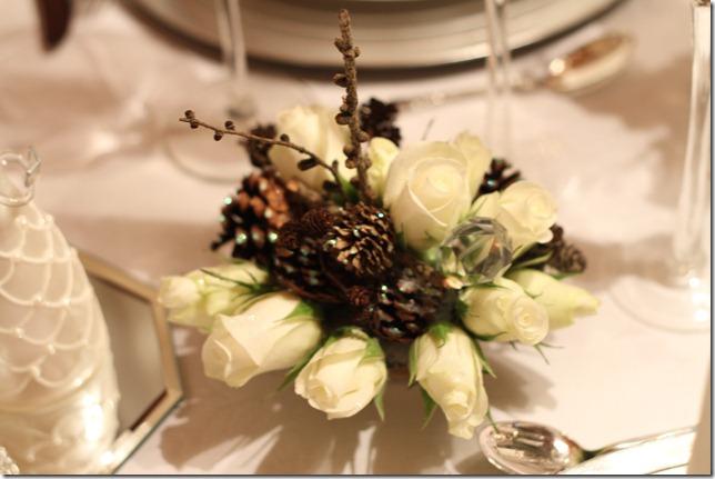 hvitt bord pyntet med sølv, kongler, diamanter og snø  IMG_0758