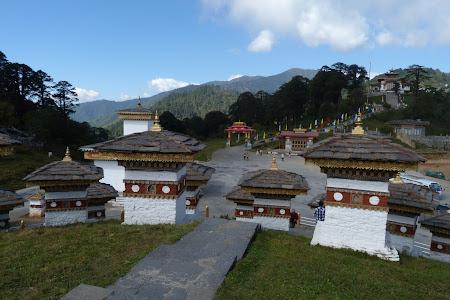 Dochu La, Bhutan: 108 chortene