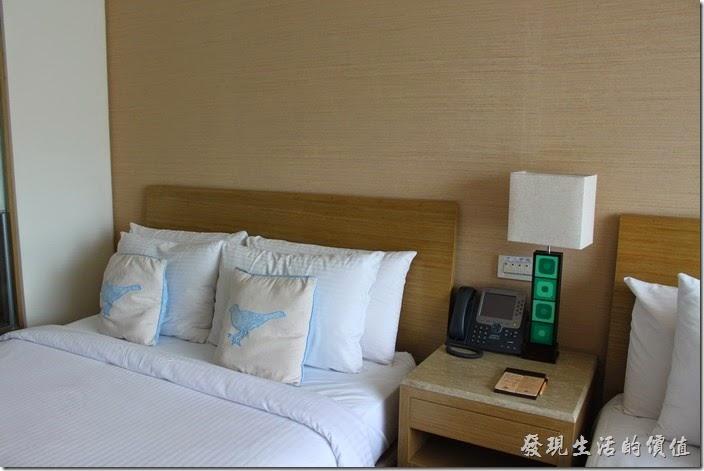 南投日月潭-雲品酒店。床頭櫃有桌上電話,以及電燈的開關,另外電視的遙控器也可以控制房間內的所有電燈。