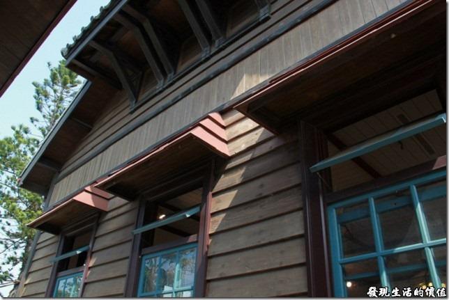 台南-夕遊出張所-山牆的頂部設置有通風用的百葉窗,可以防潮及降低屋內的熱氣。